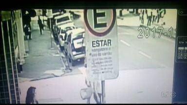 Motociclista morre depois de empinar veículo em Ponta Grossa - Ele caiu e foi parar embaixo de um carro.