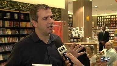 Jornalista Rodrigo Alvarez lança 3ª edição de seu livro, em Goiânia - Ele fala sobre a obra em uma noite de autógrafos.