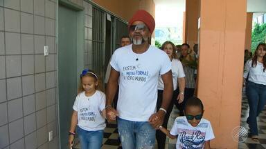 Carlinhos Brown participa de campanha para ajudar o Instituto de Cegos da Bahia - Centenas de pessoas com deficiência visual recebem apoio da instituição há mais de 80 anos.