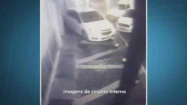 Ladrão trapalhão tenta roubar carro e fica preso em calçada - Em Taguatinga, um casal tentou roubar um carro, mas o bandido invadiu a calçada e acabou se atrapalhando. O bandido e a mulher que estava com ele, tentaram fugir, mas foram cercados pelos moradores até a chegada dos policiais.