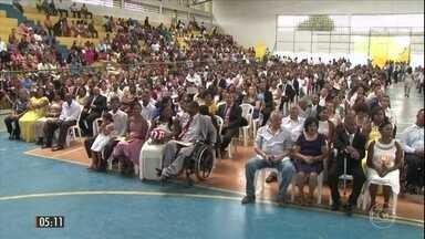 Cerimônia de casamento coletivo reúne 243 casais na BA - Nove juízes, um padre e um pastor abençoaram os casais em cerimônia em Feira de Santana. No evento, foram realizados sorteios de aliança e de viagem de lua de mel.