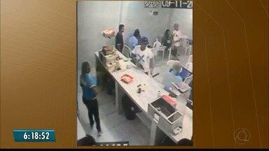 Vídeo mostra dupla assaltando lanchonete em João Pessoa - Jovens armados roubam clientes e o caixa em Cruz das Armas.
