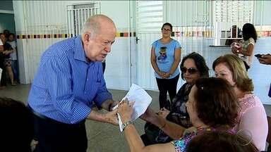 Albano Franco doa renda de venda de livro para a Casa Maternal Amélia Leite - Albano Franco doa renda de venda de livro para a Casa Maternal Amélia Leite.