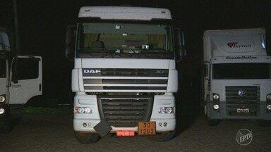 Dupla é presa em Campinas com caminhão roubado e carregado com 60 mil litros de diesel - A carga será avaliada em R$180 mil. O motorista da carreta foi encontrado em Joaquim Egídio.