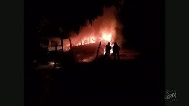 Ônibus abandonado é incendiado em Alfenas (MG) - Ônibus abandonado é incendiado em Alfenas (MG)