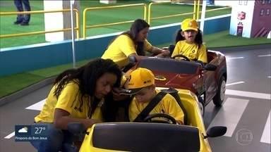 Crianças aprendem leis de trânsito em espaço construído em Interlagos - No fim de semana, 80 crianças de três escolas públicas vão participar da ação educativa montada pela CET. Além da parte prática, o espaço tem brincadeiras com realidade virtual.