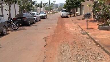 População volta a reclamar de buracos abertos por causa da obra do BRT em Goiânia - Construção está parada, e o problema não é solucionado no Jardim dos Ipês.