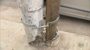 De Olho na Rua: moradores reclamam de postes quebrados em Pouso Alegre (MG) - De Olho na Rua: moradores reclamam de postes quebrados em Pouso Alegre (MG)