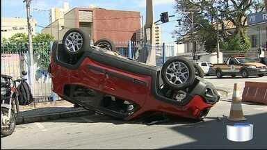 Carro capota em Taubaté - Ninguém ficou ferido.