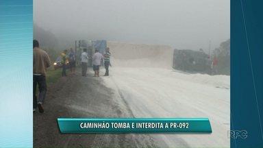 Caminhão carregado com cal tomba e interdita PR-092 - A carga de cal ficou espalhada pela rodovia. O congestionamento chegou a seis quilômetros.