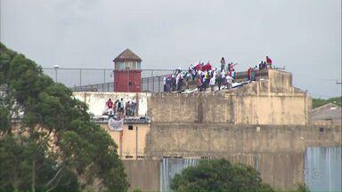 Rebelião em Cascavel já dura mais de 20 horas e dois presos são mortos - Os presos se rebelaram nesta quinta-feira (09) por volta das três e meia da tarde. Por enquanto, o sistema penitenciário do estado não confirma o motivo da rebelião.