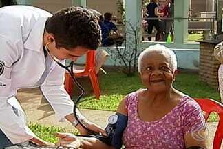 Empresa Brasileira de Serviços Hospitalares realiza ação solidária em asilo de Uberaba - O objetivo foi levar atendimento e orientações a pessoas com dificuldade de acesso aos serviços de saúde. Ao todo, 54 idosos foram atendidos nesta sexta-feira (10).