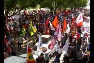 Grupo de manifestantes protesta contra reformas e interdita ruas de Belém - O grupo segue em caminhada pela avenida Senador Lemos, rumo ao Mercado do Ver-o-Peso. Pautas de reivindicações principais fazem parte de um dia nacional de mobilização promovida pelos trabalhadores