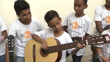 Alunos do núcleo de cordas dedilhadas da Neojibá se apresentam em escolas da capital - Os alunos se apresentam também em diversos espaços de Salvador.