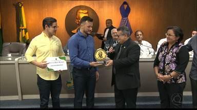 Destaque do UFC, Alberto Miná recebe comenda da Câmara Municipal de Campina Grande - Lutador de MMA levou a família para receber a Medalha de Mérito Municipal, a mais alta comenda esportiva de Campina Grande, pelas vitórias conquistadas na carreira