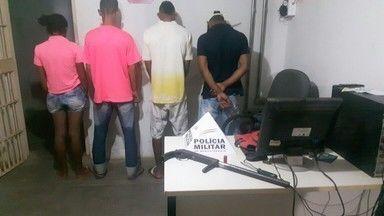 Mototaxista é atingido nas costas ao tentar fugir de roubo - Crime aconteceu em Montes Claros, no Bairro Village do Lago; quatro pessoas, dentre elas um adolescente de 16 anos, foram detidas e levadas à delegacia.