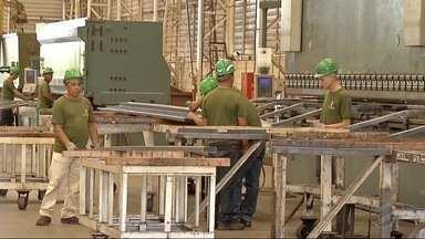 Trabalhadores de Três Lagoas receosos por causa da nova lei trabalhista - Três Lagoas é o município do estado que mais gera empregos em Mato Grosso do Sul. Muita gente se mudou para a cidade em busca de emprego. Agora, com a Reforma Trabalhista, clima é de receio.