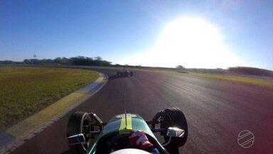 Piloto de MS ensina a dirigir carro de Fórmula Vee - De acordo com o profissional, é necessário pilotar o automóvel com o uso de equipamentos de segurança.