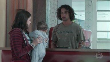 Keyla magoa Deco ao elogiar Tato - A menina diz que Tato lida melhor com Tonico do que o próprio pai do bebê