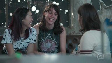 Keyla conta às amigas sobre o sonho com seu futuro com Tato - Lica, Ellen e Tina não seguram as risadas ao saber que Keyla vai se casar com o rapaz e ter uma penca de filhos
