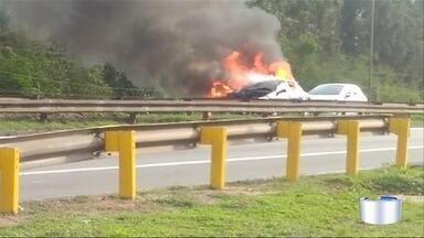 Dois carros pegam fogo na Dutra em Jacareí - Acidente travou a rodovia no fim da tarde desta sexta-feira (10).