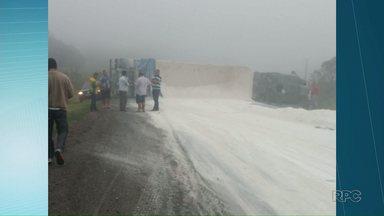 PR-092 é liberada depois que caminhão tombou e fechou a pista entre Arapoti e Jaguariaíva - O acidente foi na manhã desta sexta-feira (10) e ninguém ficou ferido. Congestionamento chegou a seis quilômetros.