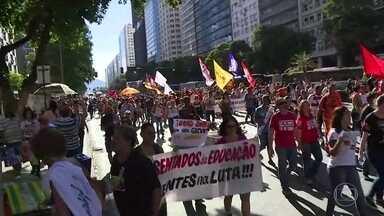 Manifestantes protestam contra reformas trabalhista e da previdência no Centro do Rio - Ato foi organizado por sindicatos, partidos e movimentos sociais