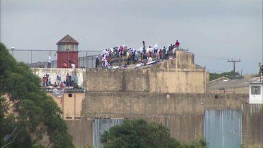 PM suspende negociações com presos rebelados em penitenciária de Cascavel - Dois agentes penitenciários ainda são reféns dentro da unidade prisional.