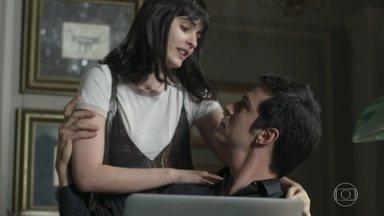 Bebeth convida Eric para o ensaio da peça de Márcio - A menina tenta distrair o pai, que ainda está atormentado com as investigações policiais sobre o assassinato de Mirella