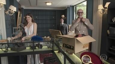 Pedrinho organiza sua loja no Carioca Palace - Ele decide expor suas malas roubadas em um cantinho especial da loja. Luíza recusa o convite de assistir ao ensaio da peça de Márcio para ajudar na arrumação do empreendimento do avô