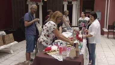 Feira do Barão reúne peças de decoração, bolsas e muitos outros objetos artesanais - O evento acontece no Instituto Histórico e Geográfico de São Vicente nesta sábado (11).