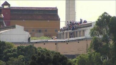 Rebelião na Penitenciária Estadual de Cascavel, no Paraná, completa 30 horas - Um preso morreu e dois agentes penitenciários são reféns.