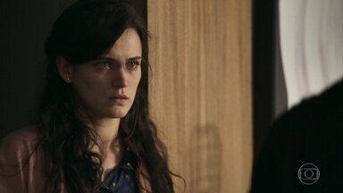 Clara conta para Renato que está grávida - Médico afirma que Gael deve ser denunciado o quanto antes e se surpreende com a notícia