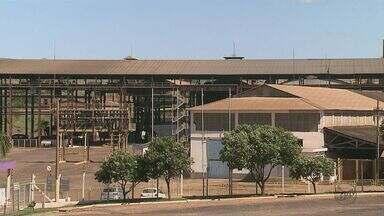 Demissões na usina Tamoio surpreendem funcionários e sindicato em Araraquara - Pelo menos 200 pessoas foram demitidas nesta segunda-feira (13). Raízen diz que falta de cana-de-açúcar motivou encerramento das atividades por dois anos.