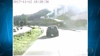 Em BH, motorista tenta fugir de flagrante em acidente de trânsito e bate em mais carros - Carro foi perseguido durante a fuga pelo Anel Rodoviário, na capital mineira, e bateu em mais sete carros.