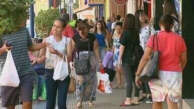 Comerciantes de Araraquara, SP, podem optar por trabalhar no feriado desta quarta - Se abrirem eles terão que pagar hora extra.