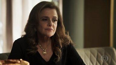Sophia afirma a Lívia que dará um rumo à sua vida - Vilã liga para Renato e o convida para jantar