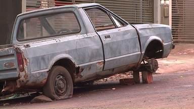 Frota de carros abandonados é problema em Londrina - São muitos carros abandonados nas calçadas.