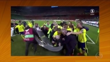 """Jogadores da Suécia quebram bancada de telejornal - Eufóricos com a classificação para a Copa do Mundo, jogadores da Suécia """"invadem"""" programa de televisão e quebram bancada em comemoração com jornalistas."""