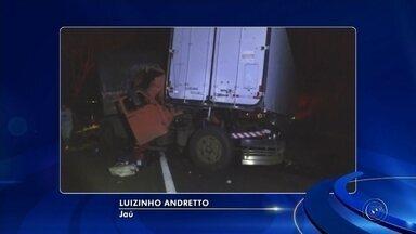 Acidente entre caminhões deixa motorista ferido na rodovia SP-304 - Cabine do veículo acabou enroscada na carroceria da outra carreta na Rodovia Leônidas Pacheco Ferreira, que liga Jaú a Bariri.