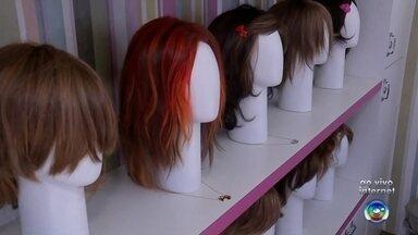 Projeto incentiva a doação de mechas de cabelo para pacientes com câncer - Um projeto solidário em Bauru incentiva a doação de mechas de cabelo para a confecção de perucas para pacientes com câncer. A ideia é estimular a auto-estima e valorizar a beleza das mulheres durante o tratamento.