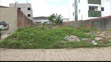 Terreno com lixo e mato incomoda moradores em João Pessoa - Nos Colibris, na Rua Aposentada Maria do Carmo Guedes de Lima, os moradores tem que conviver com insetos e ratos que invadiram o terreno baldio.