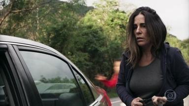 Seguranças de Natanael batem com o carro e Elizabeth consegue fugir - A moça consegue se livrar do porta-malas do veículo