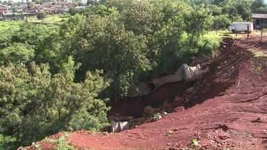 Cratera do Jardim Santa Rita volta a preocupar moradores da zona oeste - A erosão aumentou com as últimas chuvas. A secretaria de obras prometeu mandar uma equipe até o local para verificar a situação.