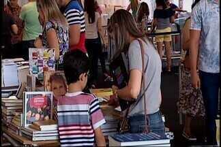 Escritores, atores, músicos e estudiosos participam da Fliaraxá 2017 em Araxá - Muitas pessoas já passaram pelo Barreiro nesta quarta-feira (15) para prestigiar o primeiro dia de evento. Os escritores Cristóvão Tezza e Canarinho participam do segundo dia.