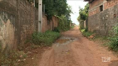 Moradores reclamam da falta de infraestrutura em bairro de São Luís - Cansados dos buracos, da lama e da poeira na porta de casa, moradores do bairro Novo Turu, na capital, se uniram para fazer a recuperação nas ruas.