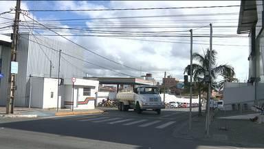 Bandidos invadem empresa de ônibus e tentam arrombar cofre em Campina Grande - Eles arrombaram o portão da empresa usando um carro em marcha ré e renderam funcionários.