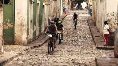 Ruas do Centro Histórico de Salvador são palco de evento de corrida e ciclismo - Competição aconteceu na manhã do feriado de quarta-feira (15).