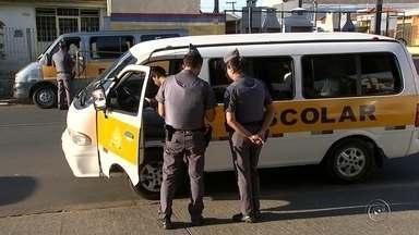 Polícia Militar faz blitz em vans escolares de Itapetininga - Após o acidente entre van e ônibus escolares, a Polícia Militar fez nesta quinta-feira (16) uma blitz em vans escolares que estavam em frente de escolas.