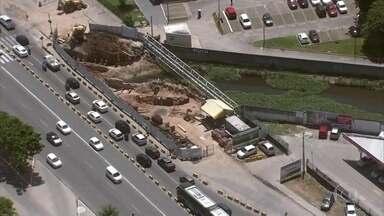 Obra de alargamento de ponte prejudica motoristas e passageiros de ônibus em Olinda - Serviços estão sendo feitos na Avenida Pan-Nordestina